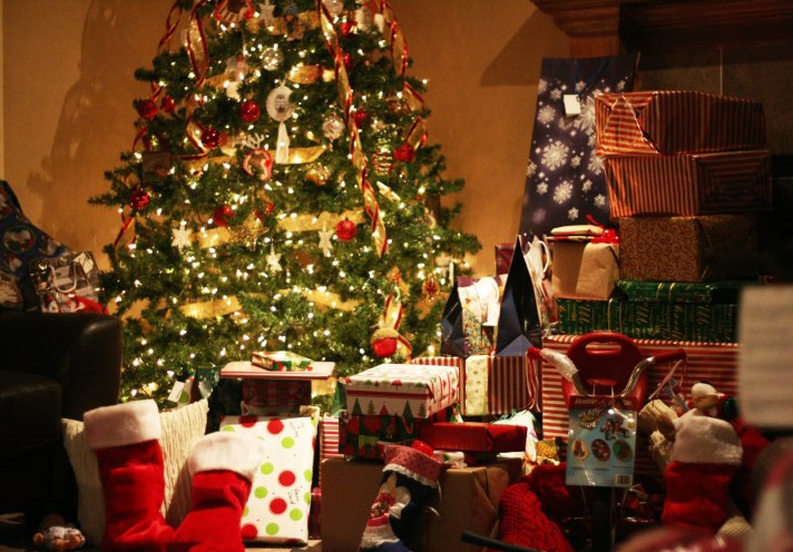 christmas-tree-with-lots-of-presents-wallpaper-3